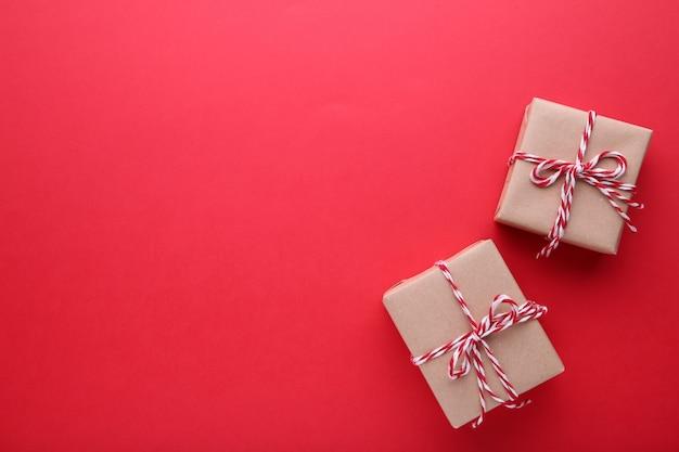 Cadeaux de noël présente sur fond rouge.