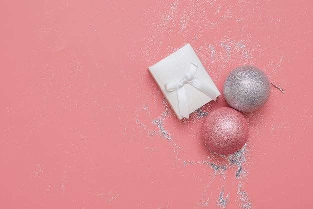 Cadeaux de noël, rose et argent. mise à plat, vue de dessus