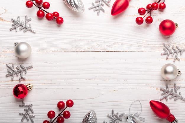 Cadeaux de noël rouge argent sur bois blanc