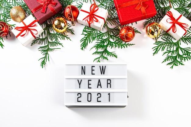 Cadeaux de noël avec ruban rouge sur fond blanc. concept du nouvel an 2021.