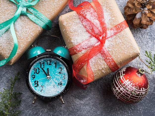 Cadeaux de noël avec des rubans et de la neige. l'horloge