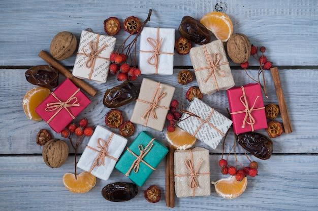 Cadeaux de noël, sorbier des oiseleurs, noix, étalés sur des tableaux blancs peints rugueux