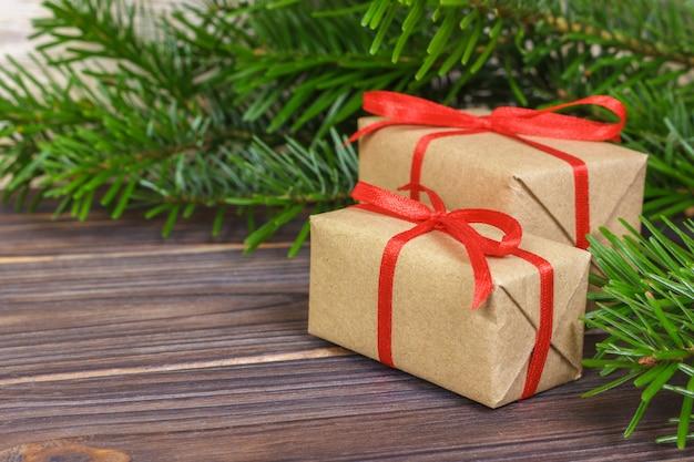 Cadeaux de noël sous un arbre