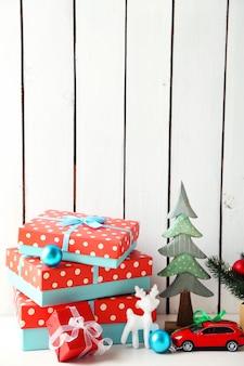 Cadeaux de noël sur une surface en bois