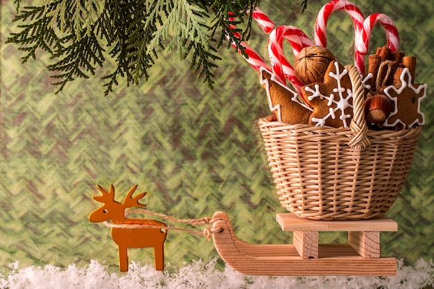 Cadeaux de noël sur un traîneau en bois. carte de noël
