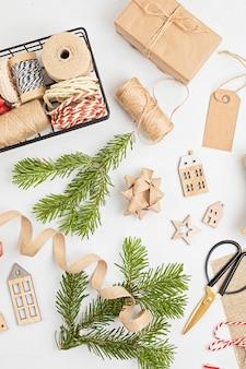 Cadeaux de noël verts alternatifs écologiques emballés avec du papier kraft recyclé
