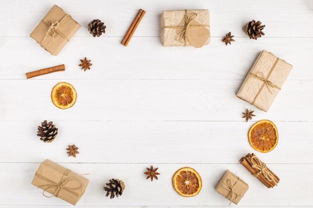 Cadeaux en papier kraft et épices sur une table blanche