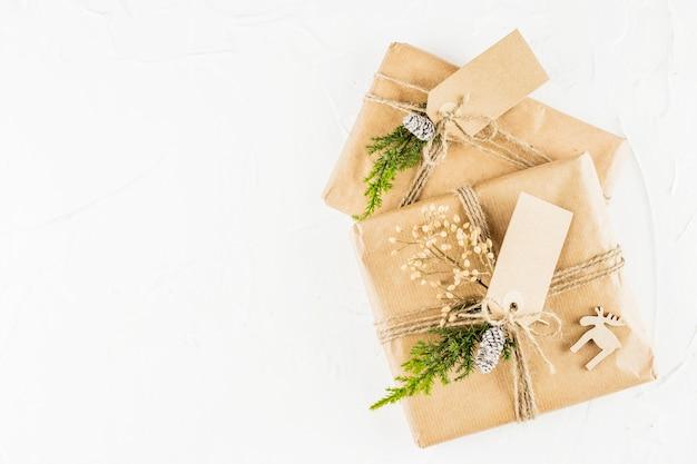 Cadeaux en papier kraft avec des étiquettes