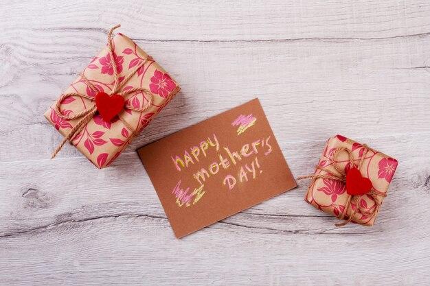 Cadeaux pour la fête des mères. carte et cadeaux avec coeurs. préparez la meilleure surprise pour la mère. traditions de fête.