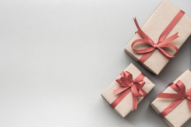 Cadeaux pour des moments spéciaux à plat fond de copie espace gris