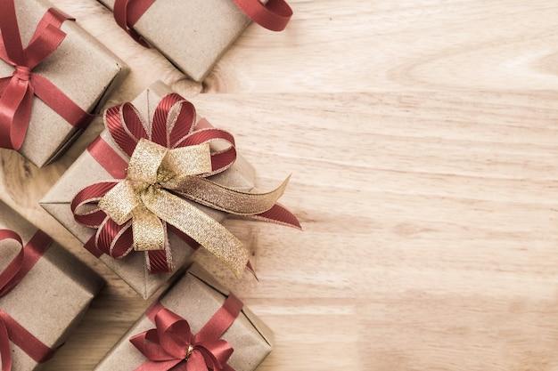 Cadeaux pour des moments spéciaux plat poser copie fond en bois espace