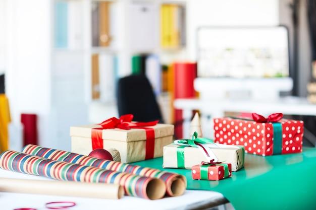 Cadeaux pour noël sur table