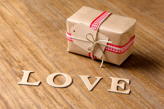 Cadeaux pour la saint valentin. boîtes décoratives et coeurs en feutre