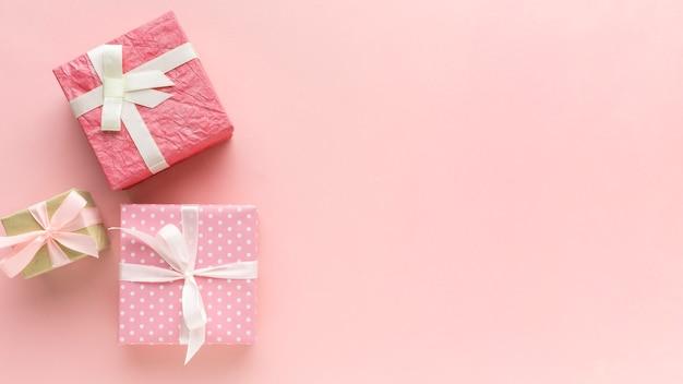 Cadeaux roses avec espace copie