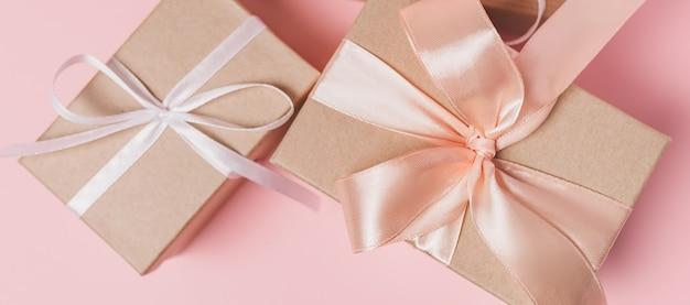 Cadeaux avec ruban blanc
