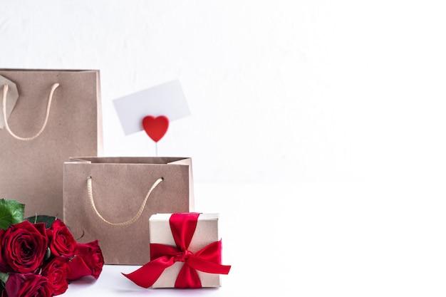 Cadeaux et sacs à provisions sur une surface blanche
