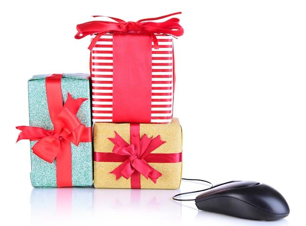 Cadeaux et souris d'ordinateur isolé sur une surface blanche