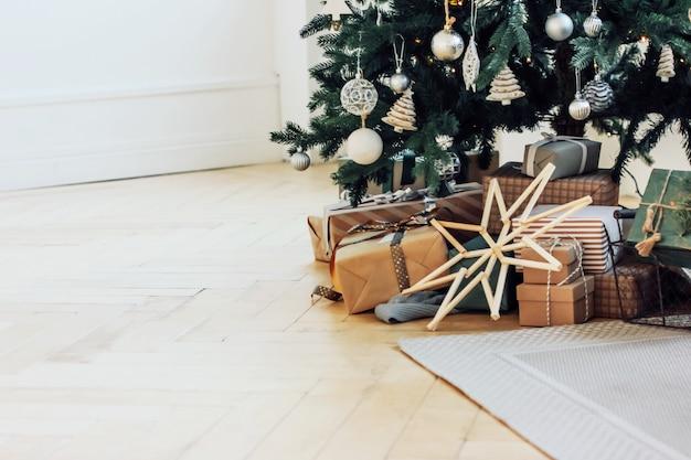 Cadeaux sous un arbre de noël décoré, design scandinave minimaliste