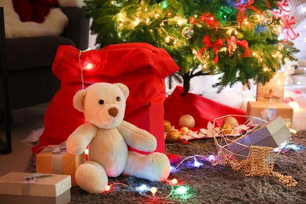 Cadeaux sous le bel arbre de noël décoré