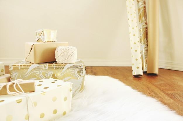 Cadeaux sur tapis blanc