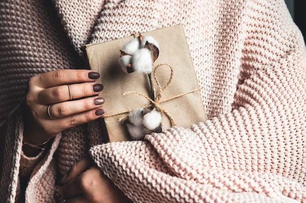 Cadeaux de temps - boîte-cadeau dans les filles de la main. cadeau entre les mains d'une femme. plaid, coton, manucure. la saint-valentin