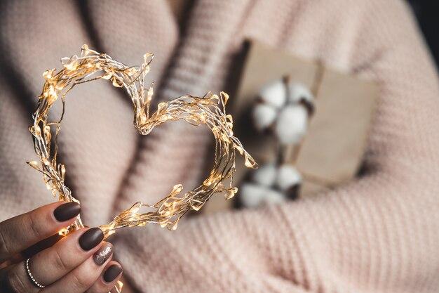 Cadeaux de temps - boîte-cadeau dans les filles de la main. cadeau entre les mains d'une femme. la saint-valentin