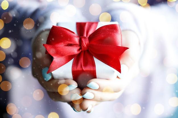 Cadeaux de temps - coffret cadeau en main les filles avec des lumières dorées