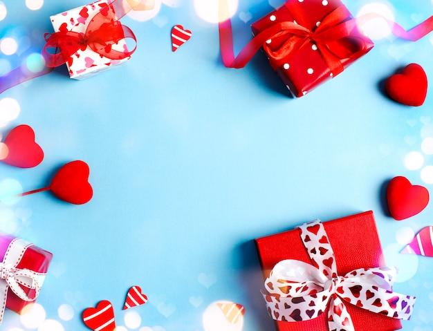 Cadeaux de vacances. coffrets cadeaux rouges sur fond bleu. concept de la saint-valentin. vue de dessus, espace copie