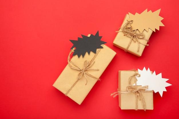 Cadeaux avec vue de dessus des étiquettes de vente