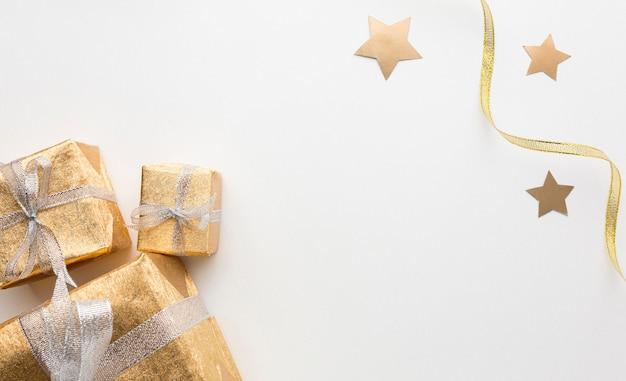 Cadeaux vue de dessus sur table