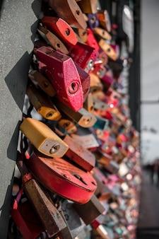 Cadenas d'amour sur balustrade métallique