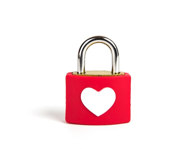 Cadenas cardiaque et la clé sur un fond blanc