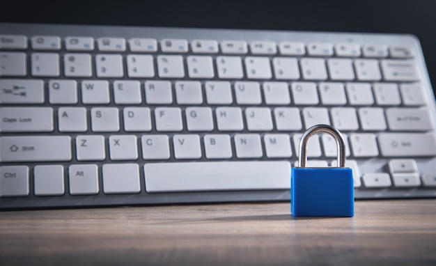 Cadenas et clavier d'ordinateur. sécurité