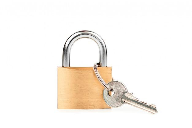 Cadenas debout avec la clé suspendue