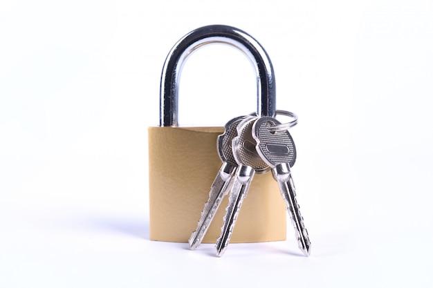 Cadenas doré verrouillé avec clés