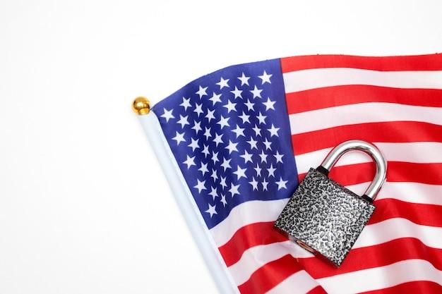 Cadenas et drapeau américain. le concept politique de frontières fermées. états-unis verrouillés