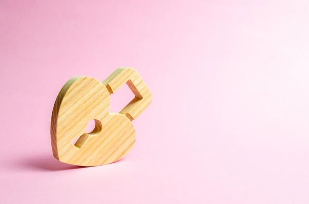 Cadenas en forme de coeur sur une rose