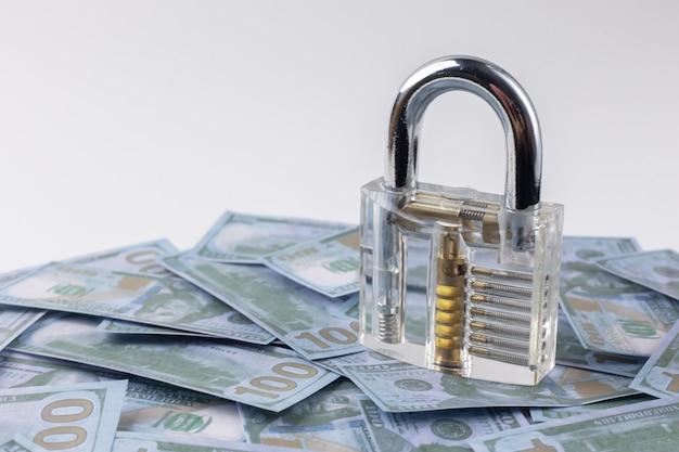 Le cadenas propre sur le billet d'argent se bouchent.