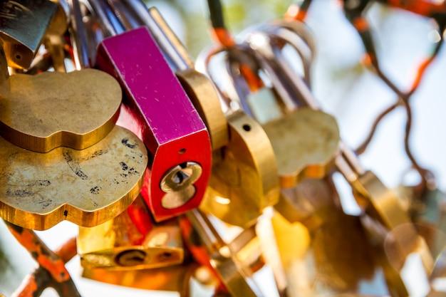 Cadenas symboles d'amour accroché à une clôture