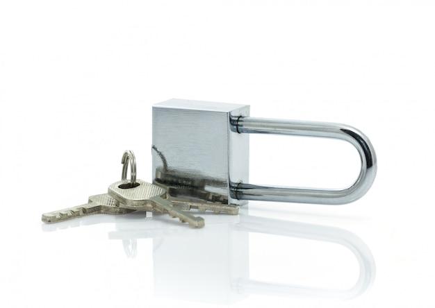 Cadenas avec trois clés sur fond blanc