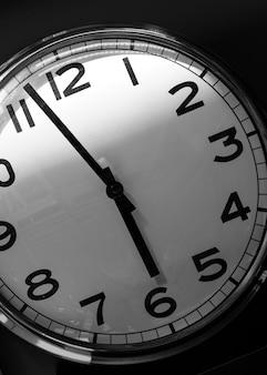 Le cadran de l'horloge murale indique près de 18 heures. la fin de la journée de travail.