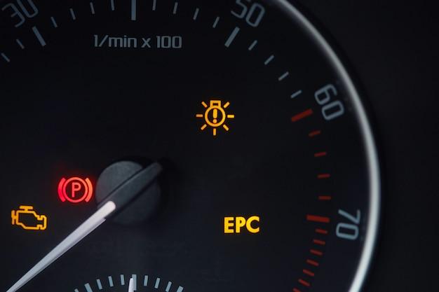 Cadran de tachymètre avec aiguille indiquant zéro rpm avec icônes de diagnostic isolés