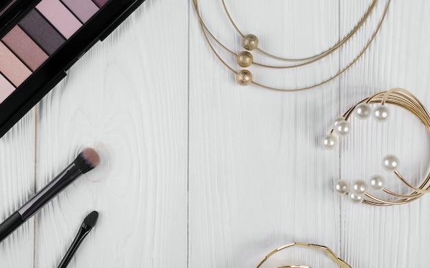 Cadre d'accessoires fille sur une table en bois blanc avec espace de copie