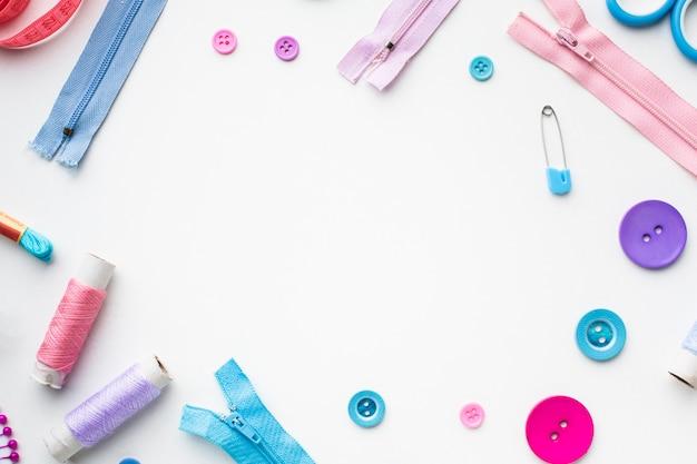 Cadre avec accessoires de mercerie colorés