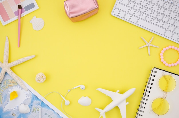 Cadre avec accessoires de voyage sur fond jaune