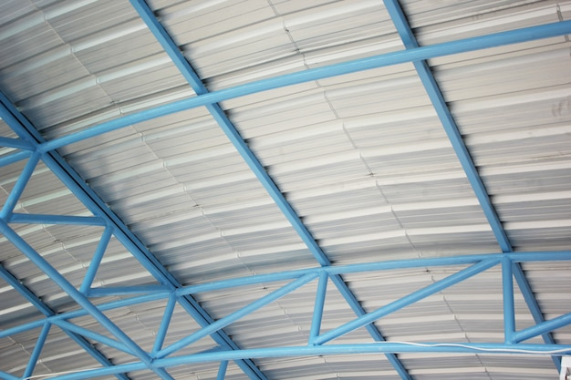 Cadre en acier sous le toit