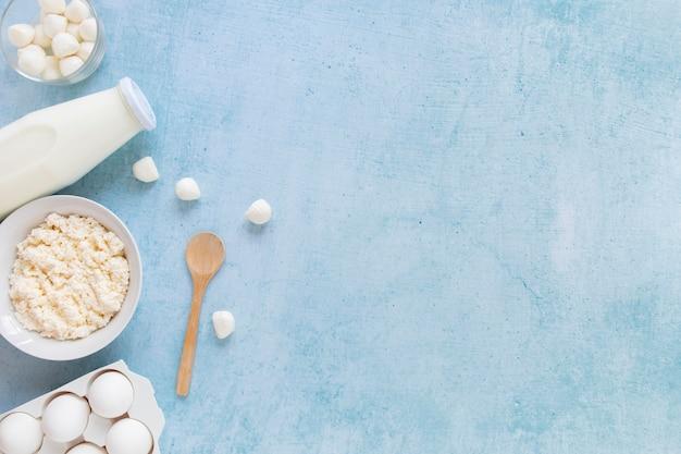 Cadre alimentaire plat avec des produits laitiers