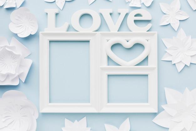 Cadre d'amour vue de dessus avec des fleurs en papier
