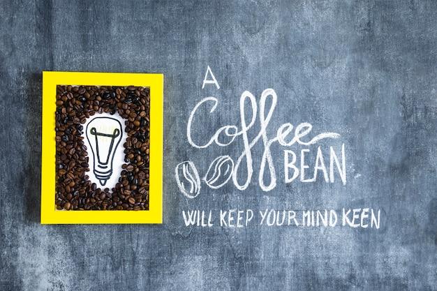 Cadre d'ampoule et de grains de café dessinés à la main avec texte sur tableau noir