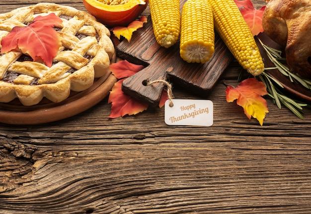 Cadre d'angle élevé avec la tarte et le maïs sur fond en bois